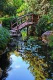 Footbridge в саде Стоковая Фотография