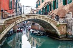 Footbridge и шлюпки в канале воды, Венеции - Италии Стоковые Фотографии RF