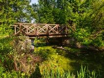 Footbridge над потоком выхода стоковое фото rf