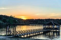 Footbridge с газебо на береге озера Стоковое Изображение