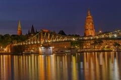 Footbridge i stary centrum Frankfurt magistrala przy nocą - Am - Obraz Stock