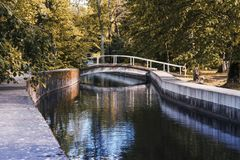 Footbridge na Keila rzece w Keila-Joa parku fotografia royalty free