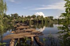 Footbridge nad małą rzeką Obrazy Royalty Free