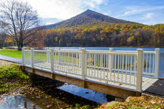 Footbridge przy szczytami Wydrowy †'jesień Obraz Royalty Free