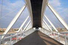 Footbridge w nowym zaawansowany technicznie parku w Piwnym Sheva Obrazy Royalty Free