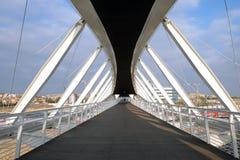 Footbridge w zaawansowany technicznie parku w Piwnym Sheva Obrazy Royalty Free