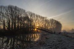Footbrige en bois au lever de soleil au-dessus de la Tamise Photo stock