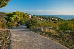 Foothpath till kullen på den Murter ön, Kroatien Fotografering för Bildbyråer