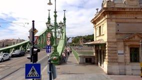Footige Liberty Bridges 4K von den öffentlichen Transportmitteln in Budapest, Ungarn stock video footage