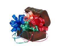 Footlocker mit farbigen Bögen für Geschenk Stockbilder