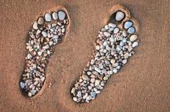 Footmarks på den sandiga stranden Royaltyfria Foton