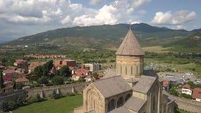 Footoge aéreo da catedral ortodoxo de Svetitskhoveli e da cidade histórica e turística Mtskheta, perto de Tbilisi, Geórgia vídeos de arquivo