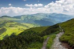 Footpath горы с пасмурными небесами в лете Стоковые Фото