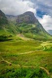 Footpath замотки в гористых местностях Шотландии стоковые изображения rf