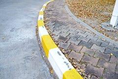 Footpath bruku chodniczek z ruchu drogowego znakiem fotografia royalty free