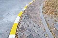 Footpath bruku chodniczek z ruchu drogowego znakiem ilustracja wektor