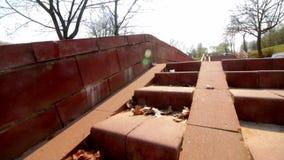 Footpath i kroki w wiosna parku Brukujący z płytkami Kamera rusza się depresję na ziemi zbiory wideo