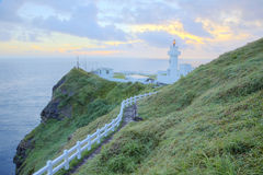 Footpath prowadzi latarnia morska na falezie w północnym wybrzeżu Tajwan Obraz Stock