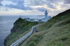 Footpath prowadzi latarnia morska na falezie w północnym wybrzeżu Tajwan Zdjęcia Royalty Free