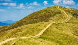 Footpath przez trawiastych wzgórzy góry Zdjęcie Stock