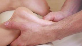 Foots massageflickan stock video