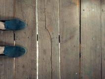 Foots na drewnianej podłodze, tekstury, wnętrza zdjęcie stock
