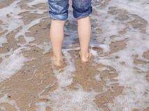 Foots que anda na praia imagens de stock