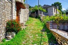 Footwalk piedra-hecho tradicional en el pueblo de Vitsa en el área de Zagoria imágenes de archivo libres de regalías