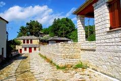 Footwalk piedra-hecho tradicional en el pueblo de Vitsa en el área de Zagoria imagen de archivo libre de regalías