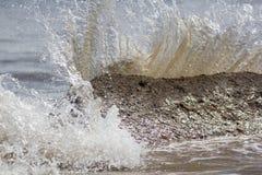 Força da natureza Espirrando a energia de onda Respingo como batidas da água do mar Imagens de Stock