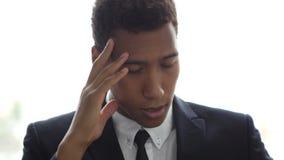 Forçado, frustrado, virada, homem de negócios tenso com dor de cabeça no escritório video estoque