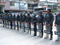 Forças armadas de polícia nacional de Bolivarian durante uma confrontação com os protestadores ao governo de Nicolas Maduro em Ca imagens de stock royalty free