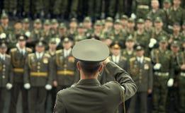 Forças armadas do agarrar-tiro do oficial fotografia de stock