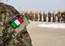 Forças armadas do italiano uniformes com tricolore Imagem de Stock Royalty Free