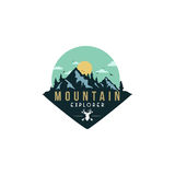 Forêt, aventure de montagne, cerf commun Hunter Badge Vector Logo Images stock