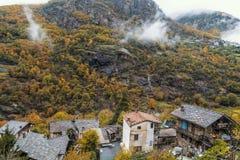 Forêt brumeuse dans la vallée de Gressoney près de Monte Rosa pendant l'automne image libre de droits