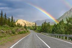 Forêt d'arc-en-ciel de montagne de route nuageuse Image stock