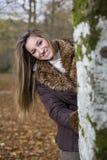 Forêt d'automne de fille Images stock
