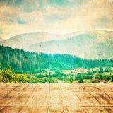 Forêt de conte de fées dans le rétro style Vintage de papier texturisé Horizontal de montagne images stock