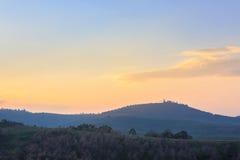 Forêt de fleurs de cerisier au coucher du soleil avec le ciel coloré images stock