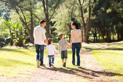 Forêt de marche de famille Photo stock