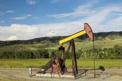 Forêt de montagnes de pompe de puits de pétrole Photos libres de droits