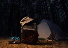 Forêt de nuit avec la vitesse et l'habillement de sac à dos Image libre de droits