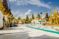 Forêt de pagodas et de temples à la pagoda de Shwedagon Image libre de droits