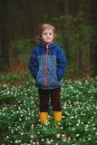 Forêt de petit garçon au printemps avec beaucoup de fleurs photo stock