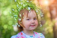 Forêt de petite fille au printemps photo stock