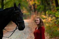 Forêt de ruelle d'avenue de cheval d'étalon de noir de fille photo stock