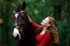 Forêt de ruelle d'avenue de cheval de jument de brun de fille photographie stock