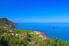 Forêt de saillie et la mer photos libres de droits