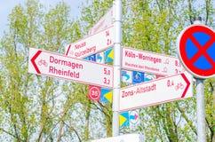 Forêt de signe sur une route Photo stock